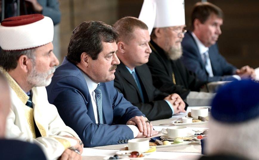 Представители национальных общин Крыма подарили Путину символ обладания полуостровом - «Золотую колыбель» (ФОТО) (фото) - фото 4