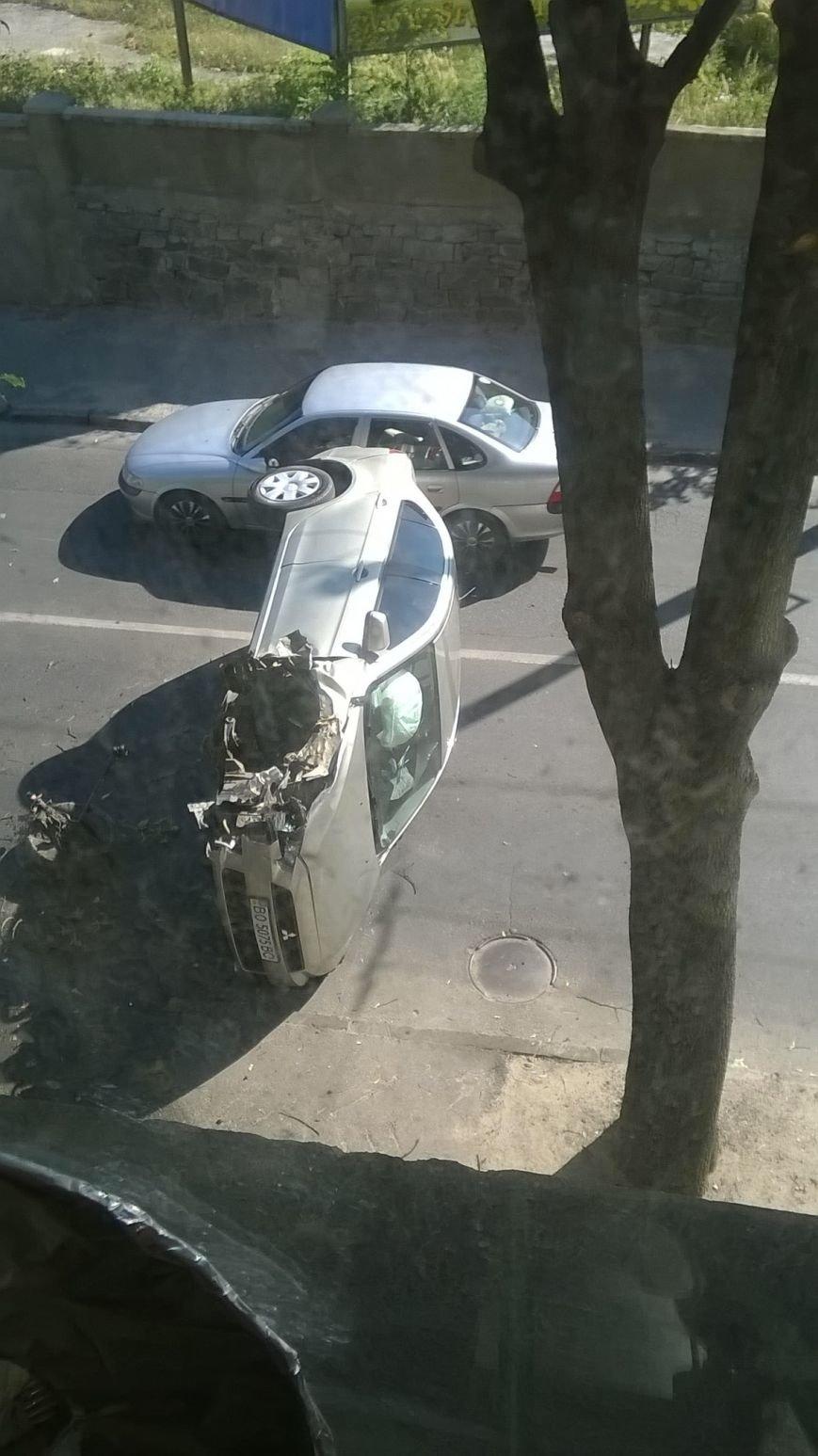 У  Тернополі на перехресті перекинувся автомобіль. Утворився довжелезний затор (фотофакт) (фото) - фото 1
