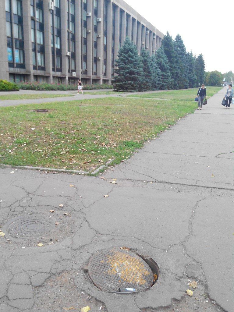 По дороге в Криворожский исполком можно провалиться в канализационный люк (ФОТОФАКТ) (фото) - фото 1