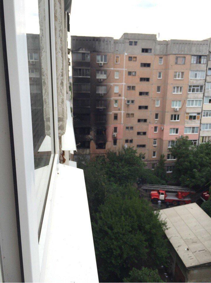 В Луганске из-за пожара выгорел весь подъезд девятиэтажки (фото) - фото 1