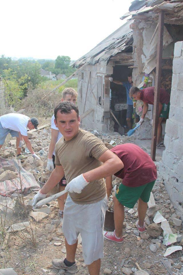 Не дожидаясь помощи властей, мариупольцы начали разбирать завалы в Сартане (ФОТО), фото-15