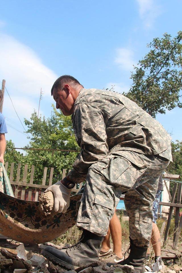 Не дожидаясь помощи властей, мариупольцы начали разбирать завалы в Сартане (ФОТО), фото-12
