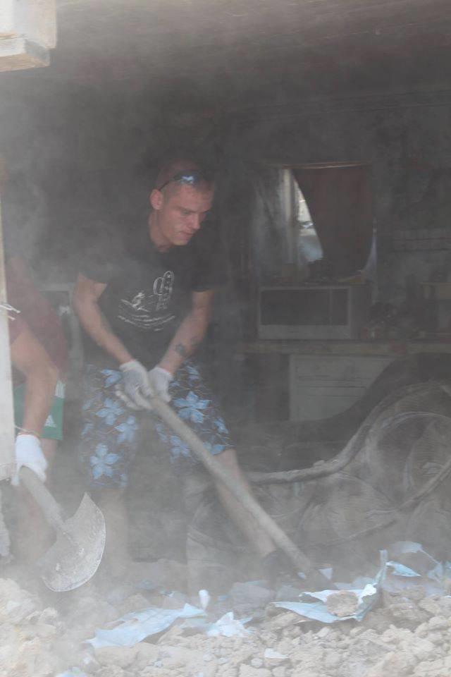 Не дожидаясь помощи властей, мариупольцы начали разбирать завалы в Сартане (ФОТО), фото-8