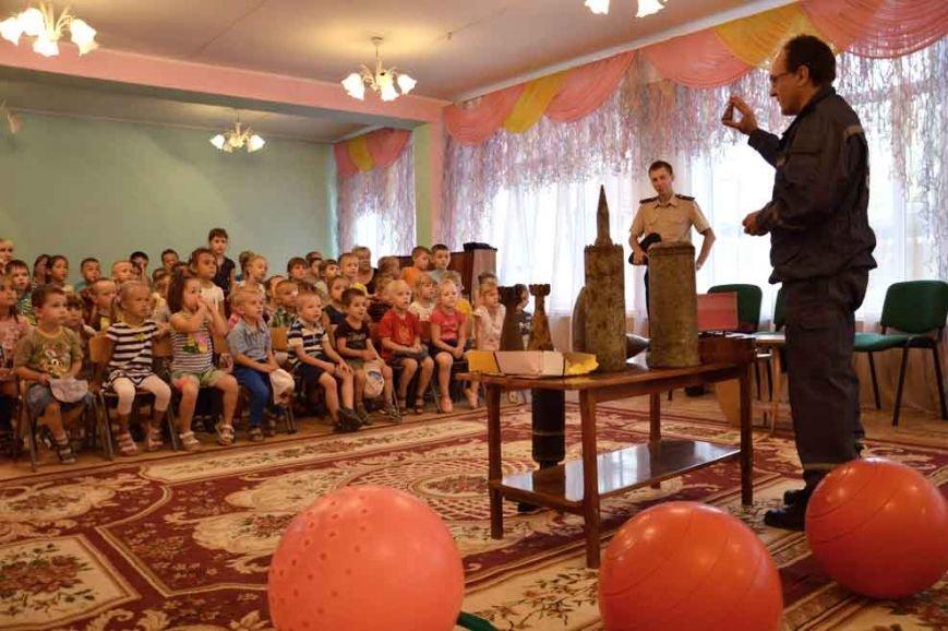 В Днепропетровске в игровой форме спасатели рассказывают дошкольникам об опасности взрывных устройств (фото) - фото 1