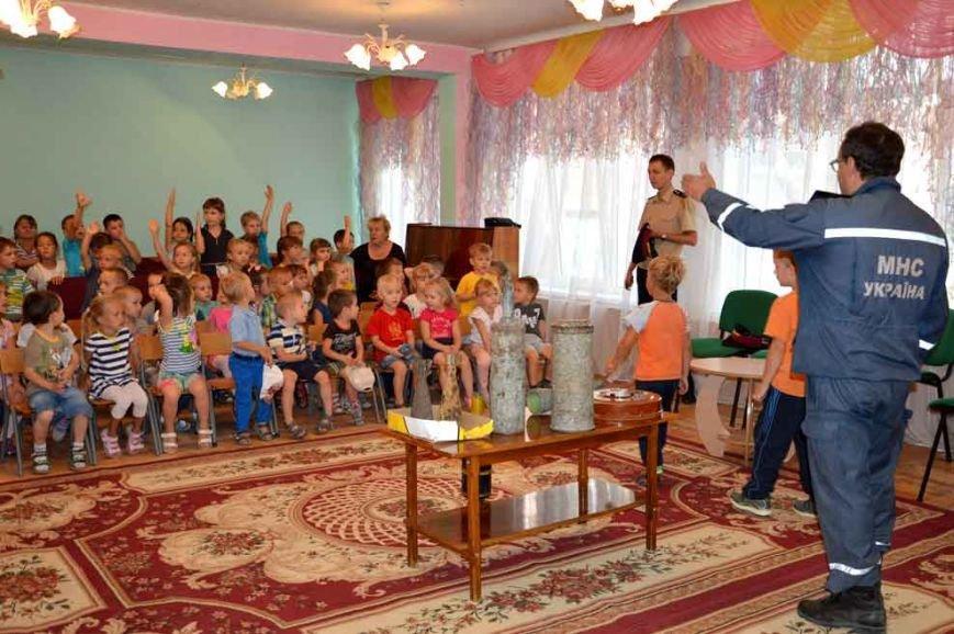 В Днепропетровске в игровой форме спасатели рассказывают дошкольникам об опасности взрывных устройств (фото) - фото 2