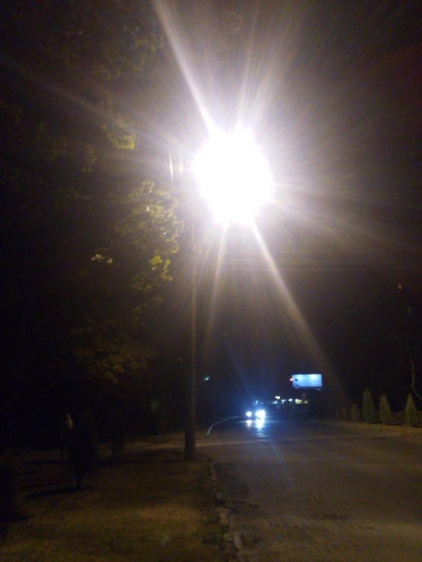 Один за одним спалахували та сипали іскрами ліхтарі на вул. Небесної Сотні у Чернівцях (фото) - фото 1