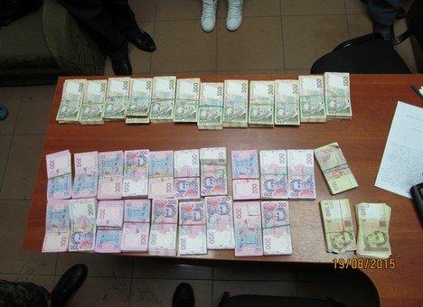 Луганчанка пыталась ввезти в Харьков в Россииденьги  миллион гривен под одеждой (ФОТО) (фото) - фото 1
