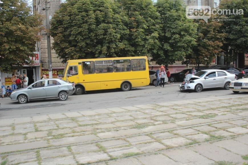 В Днепродзержинске на проспекте Ленина произошло ДТП (фото) - фото 1