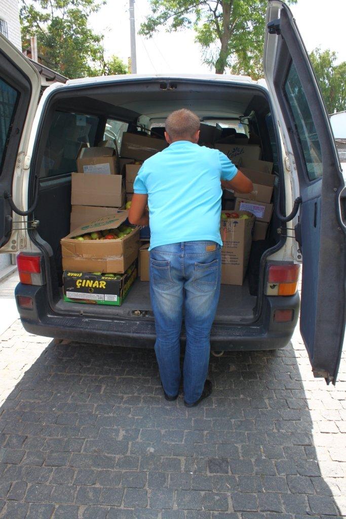 У Житомирі віряни передали на полігон для військових яблука і груші, фото-8