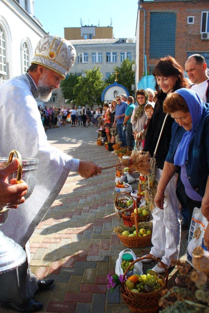 У Житомирі віряни передали на полігон для військових яблука і груші, фото-3