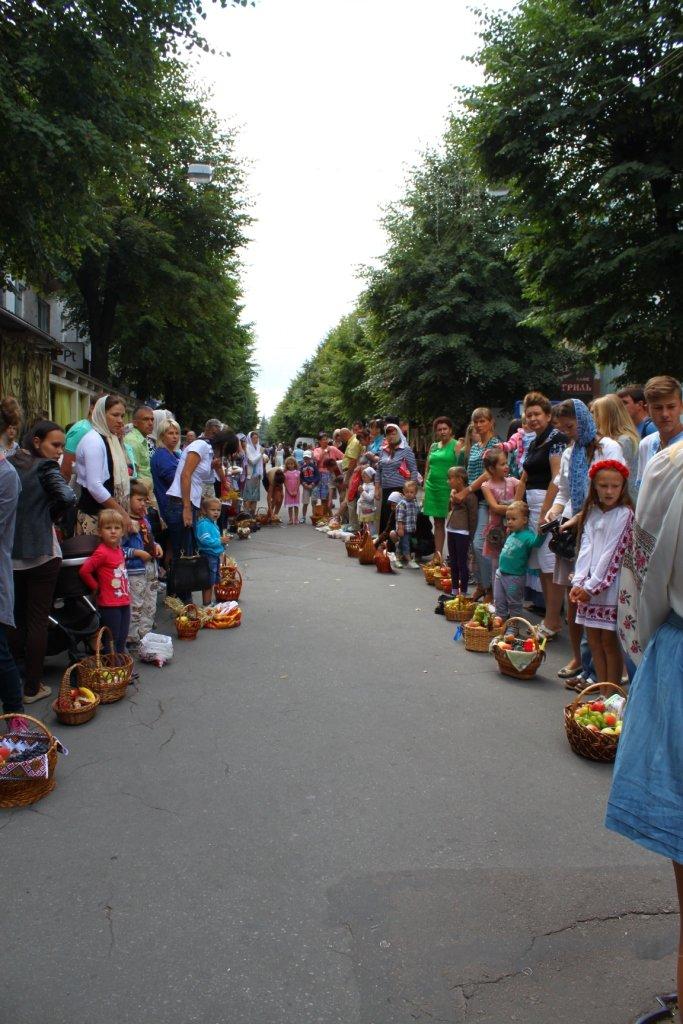 У Житомирі віряни передали на полігон для військових яблука і груші, фото-5