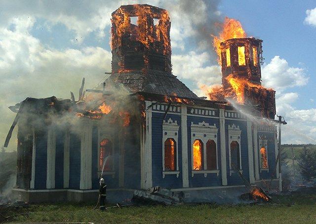 Церковь на Николаевщине сгорела дотла после торжественного богослужения (ФОТО) (фото) - фото 1