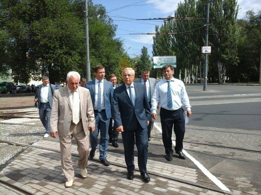 Жители Кривого Рога поообщались с мэром Юрием Вилкулом в вагоне скоростного трамвая (фото) - фото 1