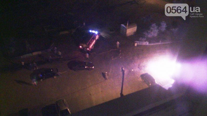 В Кривом Роге во дворе на Заречном сгорел  автомобиль «Lanos» (ФОТО) (фото) - фото 2