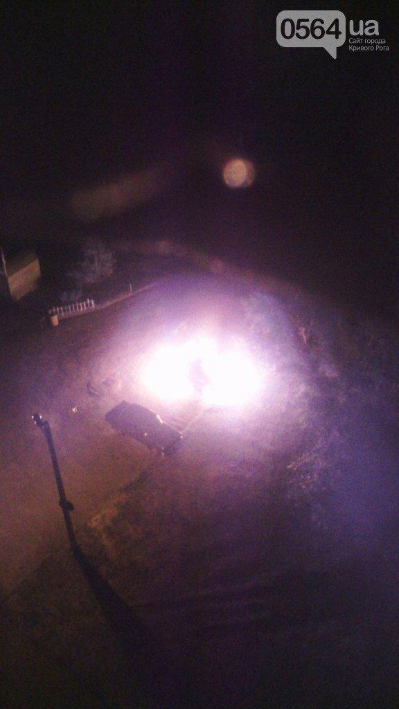 В Кривом Роге во дворе на Заречном сгорел  автомобиль «Lanos» (ФОТО) (фото) - фото 1