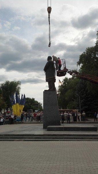 На Харьковщине снесли еще одного Ленина (ФОТО), фото-1