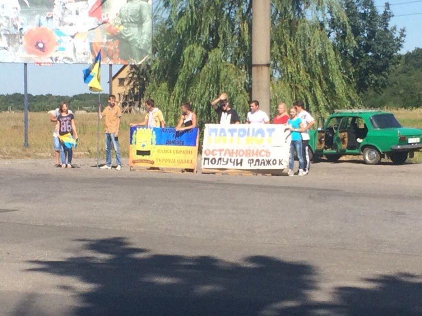 Предупрежден - значит вооружен: водители Красноармейска получили информацию о мероприятиях к праздникам и национальную символику (фото) - фото 1