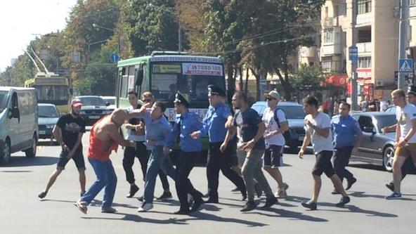 Харьковские активисты побили мужчину в футболке «СССР» (ФОТОФАКТ) (фото) - фото 1