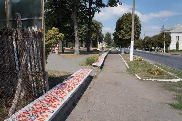 На Рівненщині бордюр засяяв національною вишивкою (фото) - фото 2