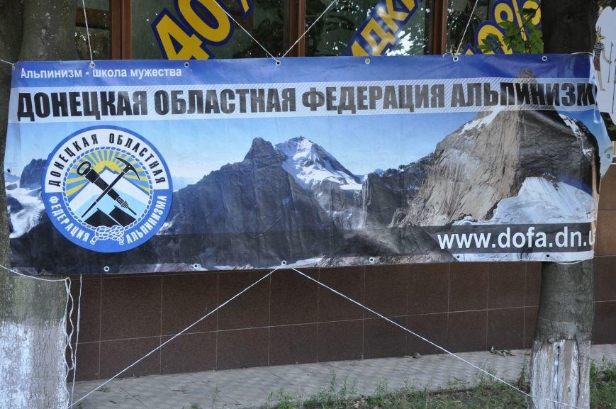 В Краматорске альпинисты взобрались по 50-метровой стене многоэтажки, чтобы водрузить украинский флаг, фото-2