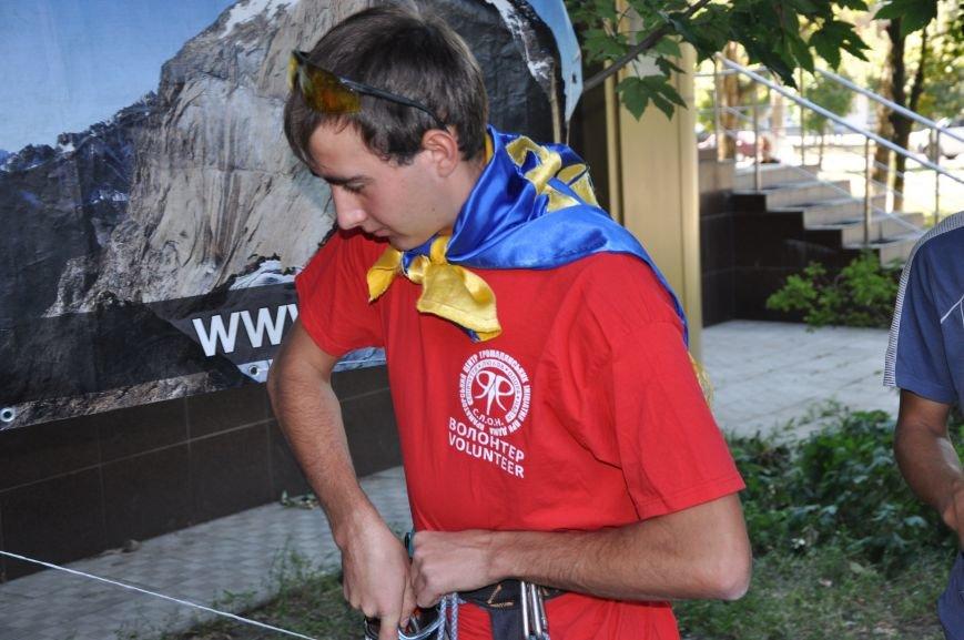 В Краматорске альпинисты взобрались по 50-метровой стене многоэтажки, чтобы водрузить украинский флаг, фото-6