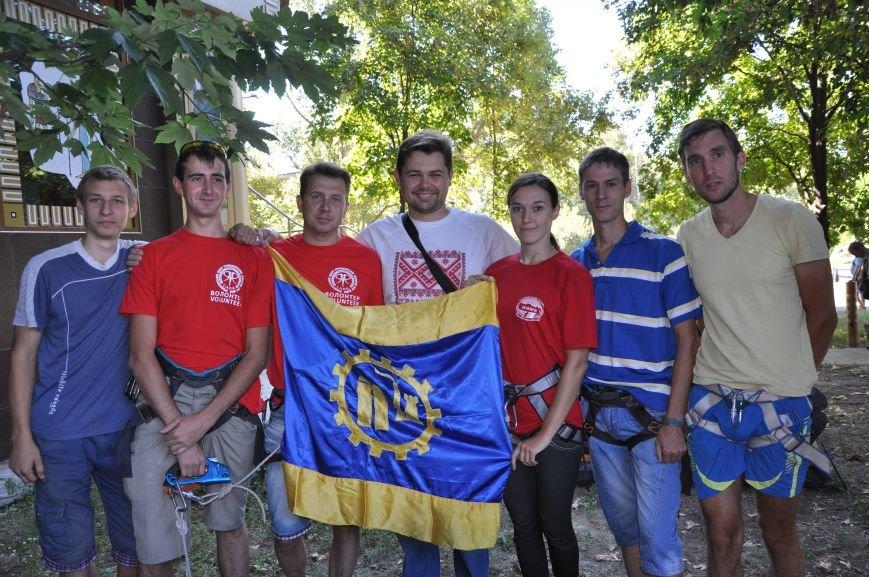 В Краматорске альпинисты взобрались по 50-метровой стене многоэтажки, чтобы водрузить украинский флаг, фото-5