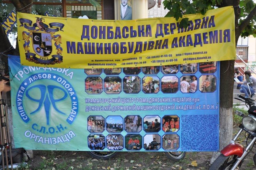 В Краматорске альпинисты взобрались по 50-метровой стене многоэтажки, чтобы водрузить украинский флаг, фото-4