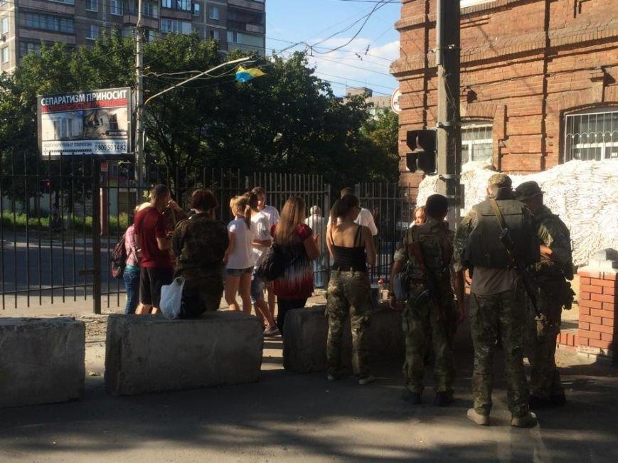 Забор, которым милиция перегородила улицу Фонтанную, сегодня разрисовали в национальные цвета(Фотофакт), фото-8