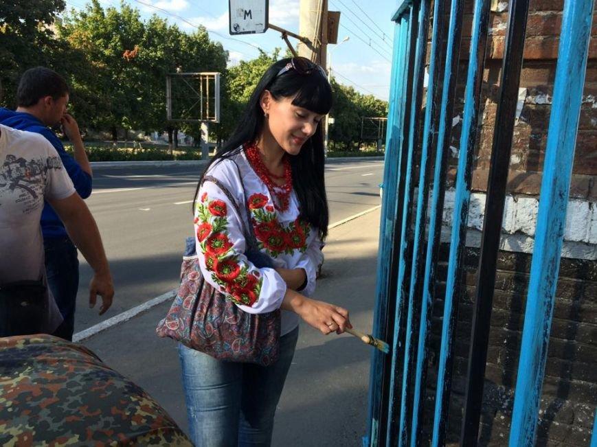 Забор, которым милиция перегородила улицу Фонтанную, сегодня разрисовали в национальные цвета(Фотофакт), фото-4