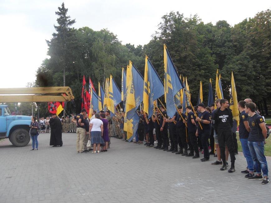 Над Полтавою повісили величезний червоно-чорний прапор (фото) - фото 2