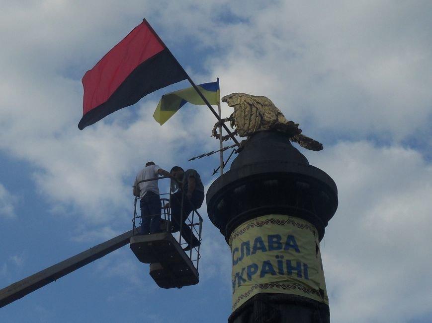 Над Полтавою повісили величезний червоно-чорний прапор (фото) - фото 3