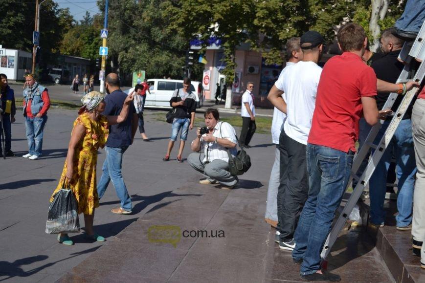 В Днепродзержинске на «ленинский» постамент установили трезубец (фото) - фото 4