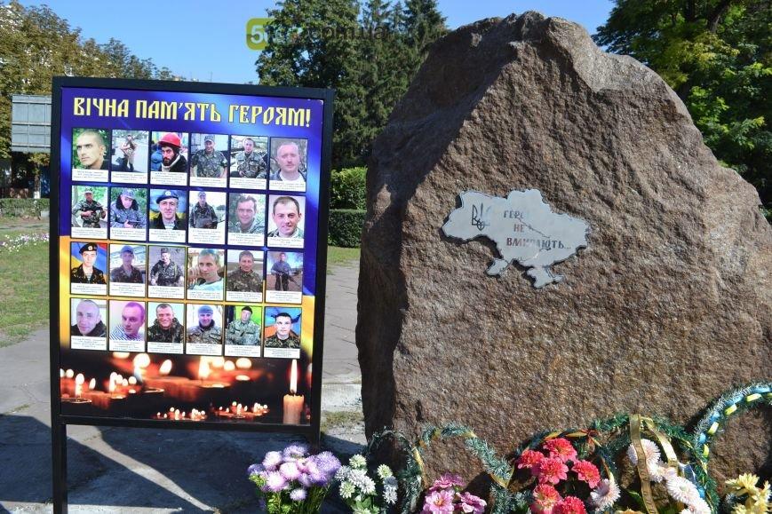В Днепродзержинске на «ленинский» постамент установили трезубец (фото) - фото 7