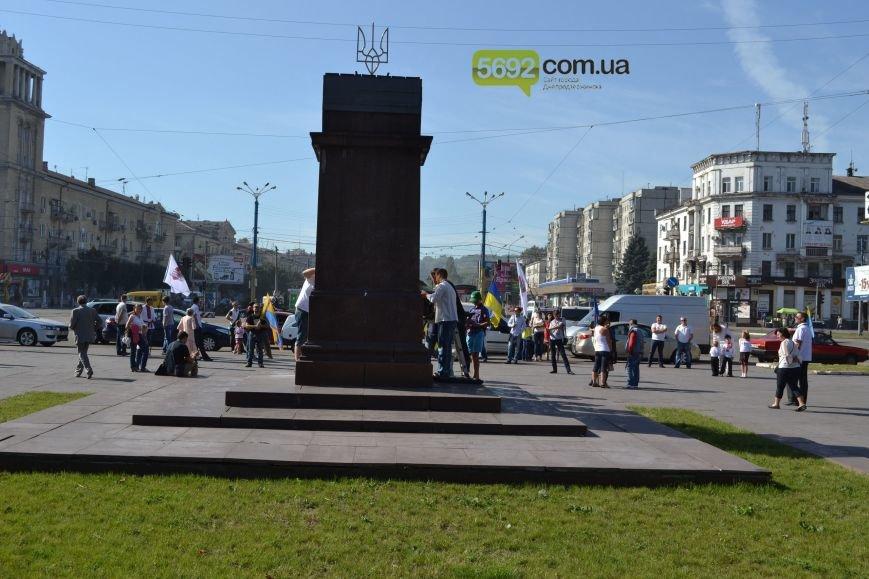 В Днепродзержинске на «ленинский» постамент установили трезубец (фото) - фото 6