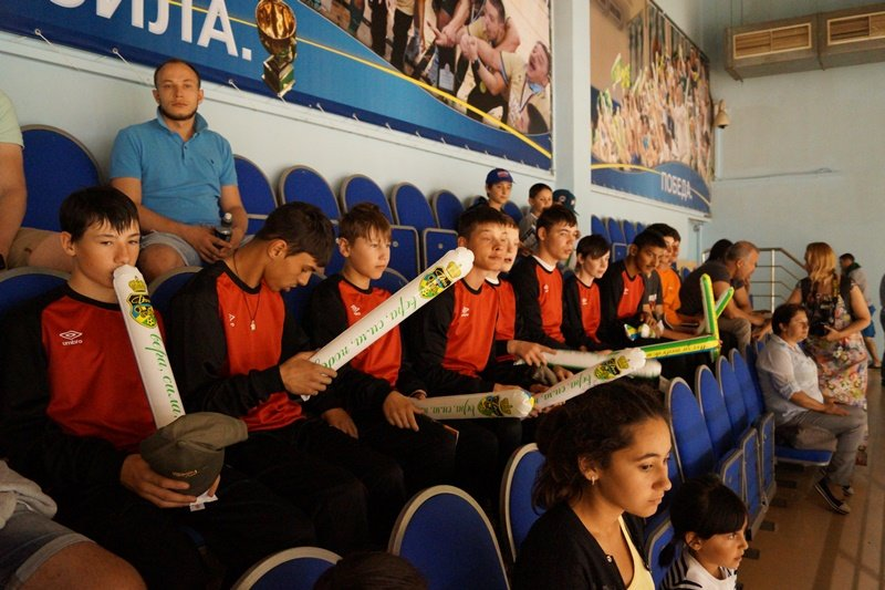 Полицейские ТиНАО организовали просмотр футбольного матча в ДС «Квант» для воспитанников дома-интерната (ФОТО) (фото) - фото 1