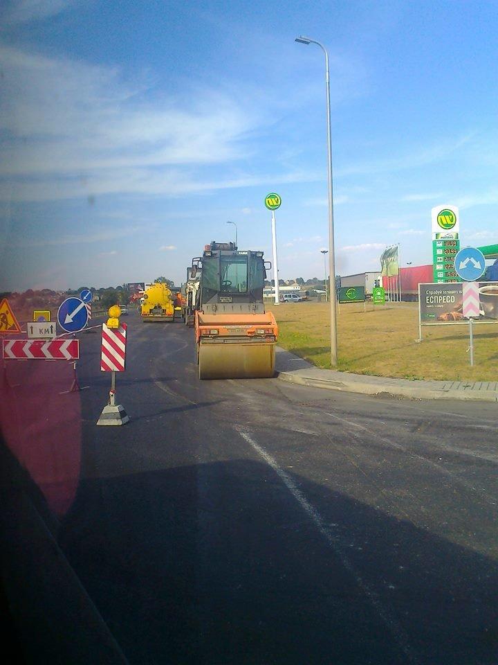 Одні святкують, інші – працюють: ремонтники продовжують оновлювати дорожне покриття неподалік Малих Підлісок (ФОТО) (фото) - фото 2