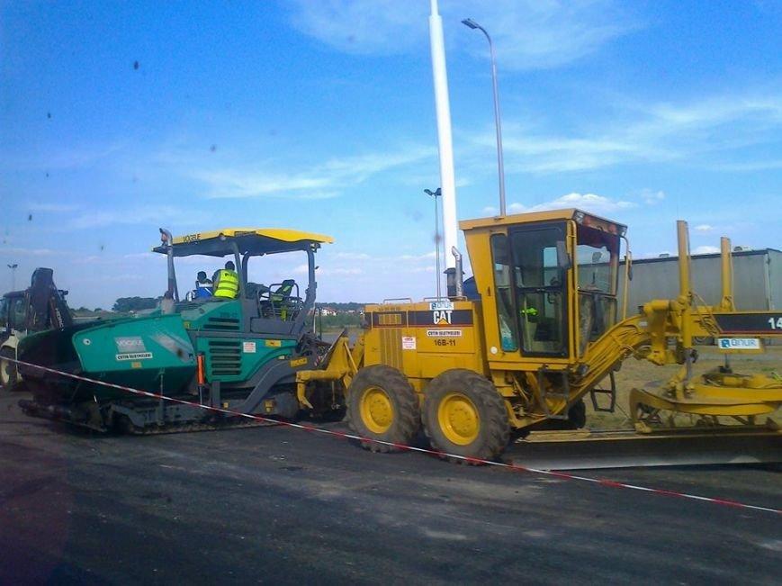 Одні святкують, інші – працюють: ремонтники продовжують оновлювати дорожне покриття неподалік Малих Підлісок (ФОТО) (фото) - фото 3