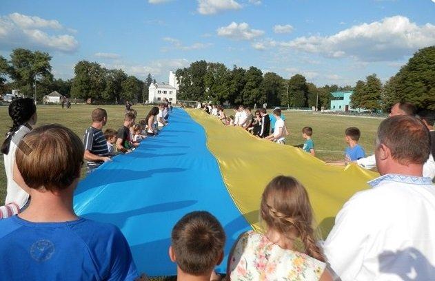 На Полтавщине развернули 100-метровый флаг (фото) - фото 1