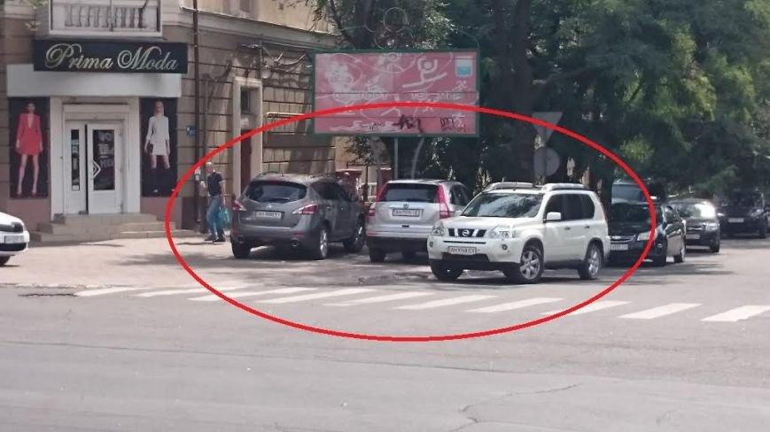 В Мариуполе  дорогие иномарки выбирают места парковки исключительно на тротуарах (ФОТО) (фото) - фото 1