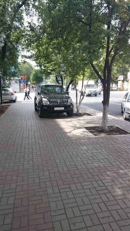 В Мариуполе  дорогие иномарки выбирают места парковки исключительно на тротуарах (ФОТО) (фото) - фото 2