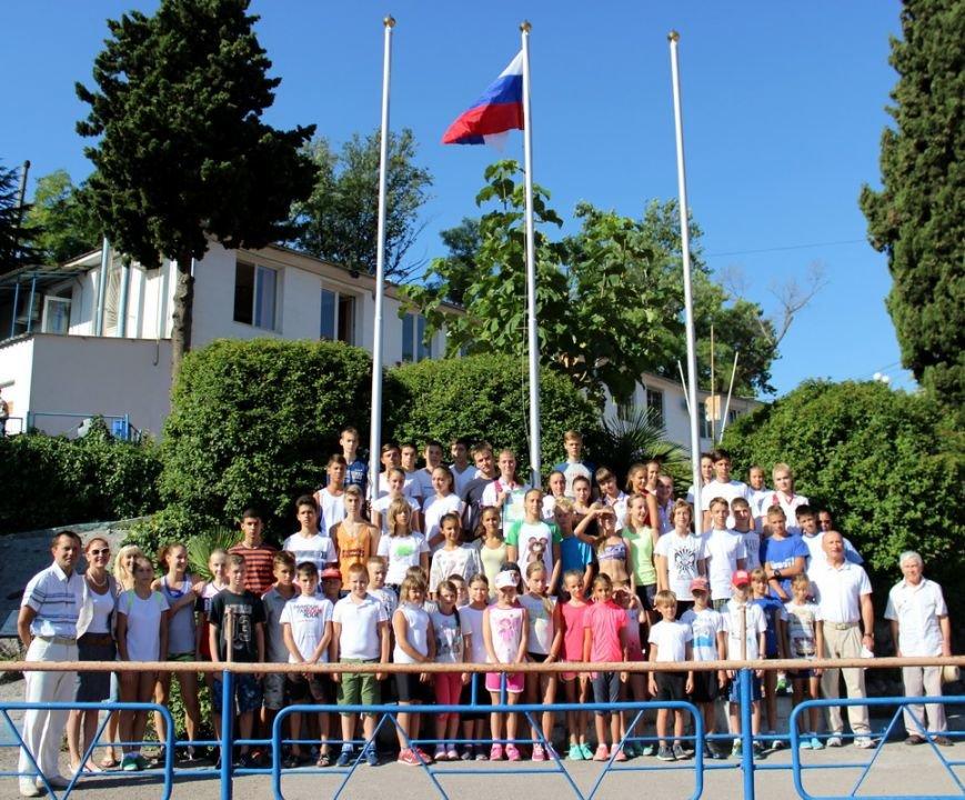 День Государственного флага в Ялте отметили спортивными соревнованиями и концертами (фото) - фото 1