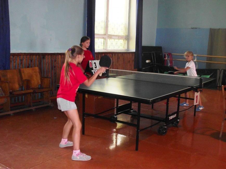 Воспитанники ДЮСШ Красноармейска отметили День независимости Украины игрой в теннис (фото) - фото 1