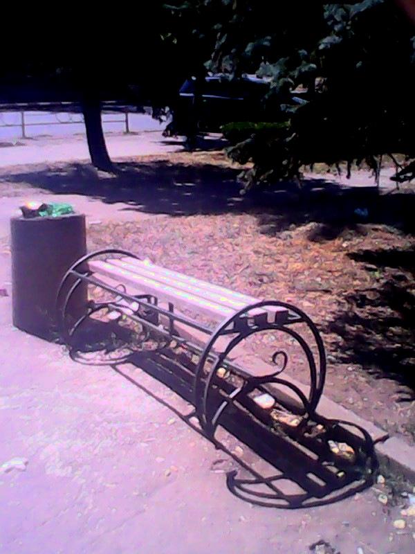 В Кривбассе воруют скамейки из сквера и ставят у себя во дворах (ФОТО) (фото) - фото 1
