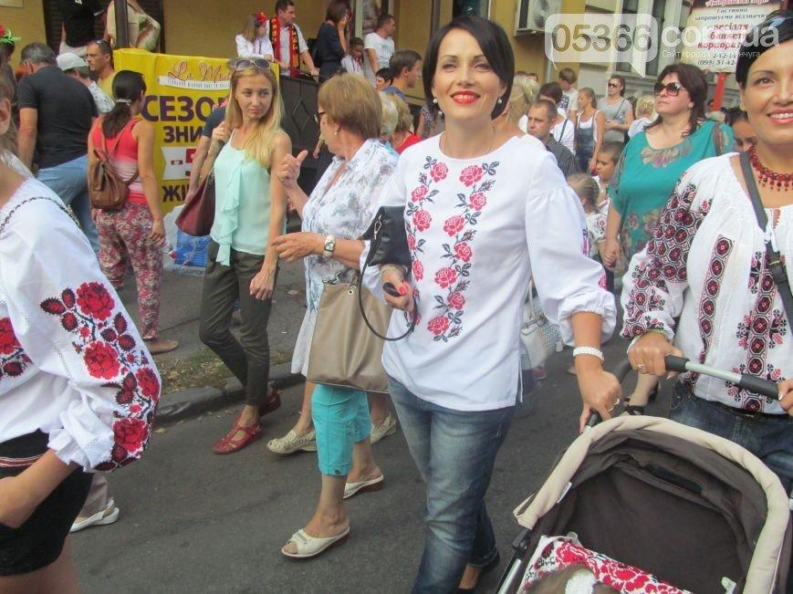 Парад вышиванок в Кременчуге собрал рекордное количество участников - 22 000 (фото) - фото 1