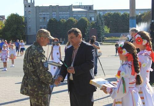 24-ю годовщину Независимости Украины в Павлограде отметили парадом вышиванок, яркарками и возложением цветов (фото) - фото 4
