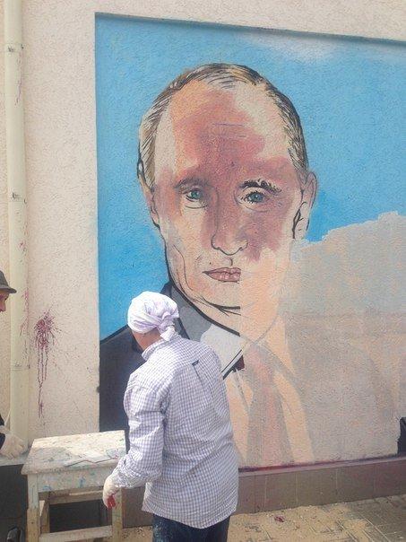 В соцсетях обсуждают испорченный портрет Путина в центре Симферополя (ФОТОФАКТ) (фото) - фото 1