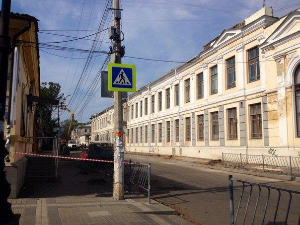 В центре Симферополя вырубают деревья ради расширения проезжей части и обрезают кабеля интернет-провайдеров(ФОТО) (фото) - фото 1