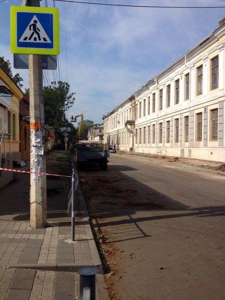 В центре Симферополя вырубают деревья ради расширения проезжей части и обрезают кабеля интернет-провайдеров(ФОТО) (фото) - фото 2