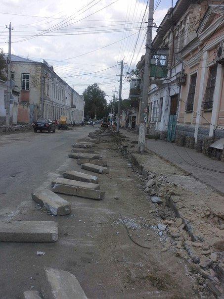 В центре Симферополя вырубают деревья ради расширения проезжей части и обрезают кабеля интернет-провайдеров(ФОТО) (фото) - фото 4