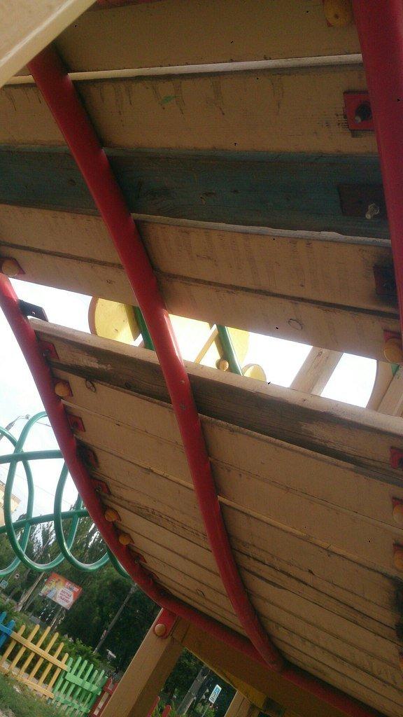 Криворожанка: В центре города детская площадка выглядит, как будто она из фильма ужаса (ФОТОФАКТ) (фото) - фото 2